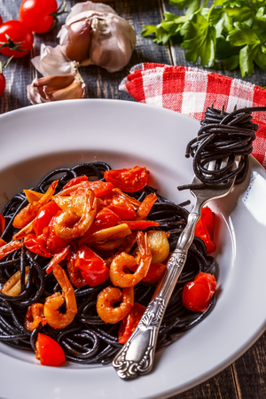tomate: Black spaghetti with prawns and tomato garlic sauce.