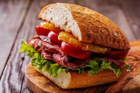 オレンジ、選択的なフォーカスのスライスと野菜のジューシーなステーキ サンドイッチ。 写真素材 - 50626701