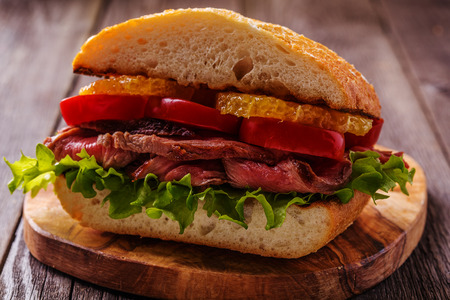 barbecue: s�ndwich de carne jugosa con verduras y rodajas de naranja enfoque, selectiva.