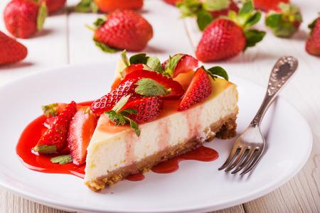 Delicious cheesecake artigianale con fragole su bianco tavolo in legno. Archivio Fotografico - 50626923