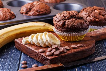 banane: Muffins au chocolat � la banane sur fond sombre, mise au point s�lective.