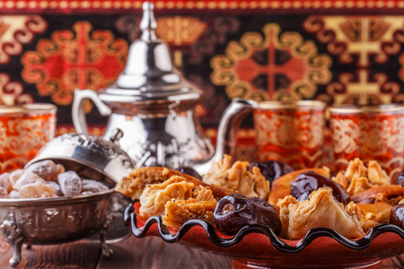 s��igkeiten: Marokkanischen Minztee in den traditionellen Gl�ser mit S��igkeiten, selektiven Fokus. Lizenzfreie Bilder