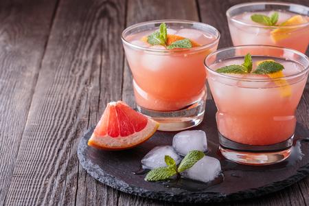 Cocktail di pompelmo con ghiaccio e la menta, messa a fuoco selettiva. Archivio Fotografico - 54731301