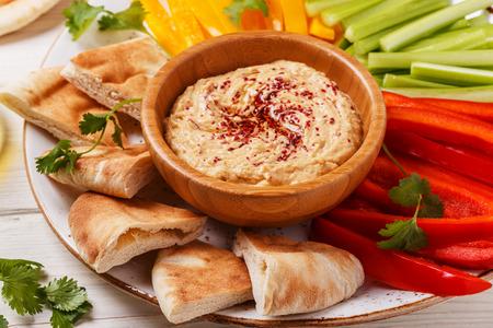 Hummus sano fatto in casa con verdure fresche assortite e pane di pita. Archivio Fotografico - 57908391
