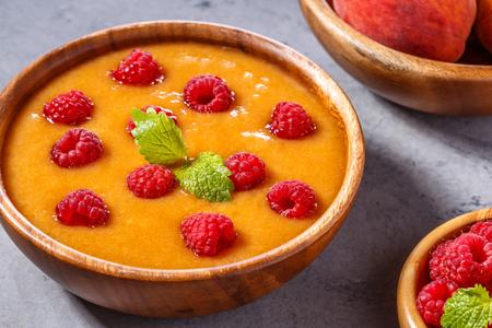 ラズベリーとミントを添えて、桃の冷たいスープをさわやかな葉、セレクティブ フォーカス。