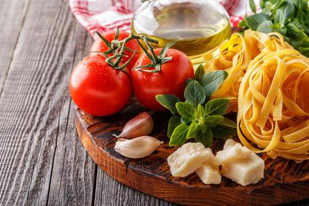 tabla de cortar con ingredientes - concepto de cocina italiana Foto de archivo