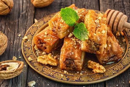 Tradicional árabe postre Baklava con miel y nueces, enfoque selectivo.