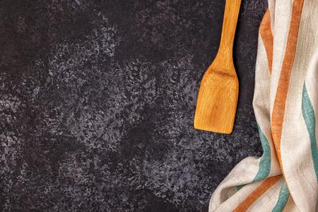 Keukenachtergrond met handdoek en kokende hulpmiddelen, hoogste mening, exemplaarruimte. Stockfoto