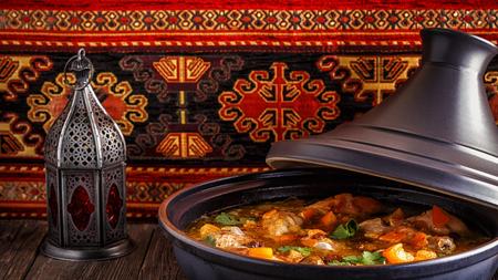 地鶏塩レモン、オリーブ、選択と集中の伝統的なモロッコのタジン。