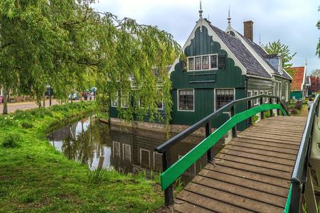 네덜란드의 Zaan River에있는 Zaanse Schans의 역사적인 마을에있는 전통 가옥 스톡 콘텐츠