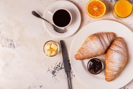 Delicioso desayuno con cruasanes recién hechos. Vista superior. Foto de archivo - 87179437