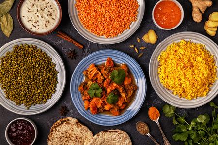 전통적인 인도의 쌀, 렌즈 콩 및 녹두와 카레. 평면도. 스톡 콘텐츠
