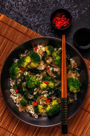 Koken Aziatisch roerbak rijst met groenten, bovenaanzicht, kopieerruimte. Stockfoto