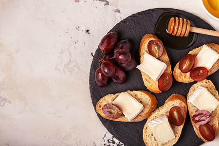 치즈, 포도 및 꿀의 샌드위치와 함께 요리. 평면도.