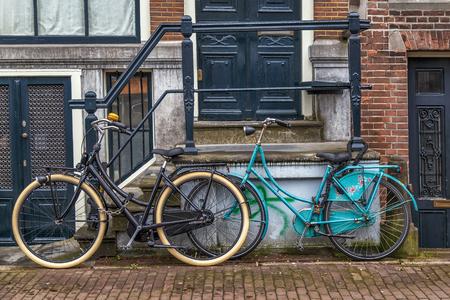 家の前に古い自転車は。
