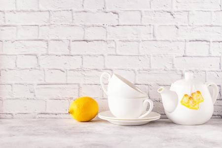 Dois copos e bule para o chá da manhã. Copie o espaço. Foto de archivo - 90326291