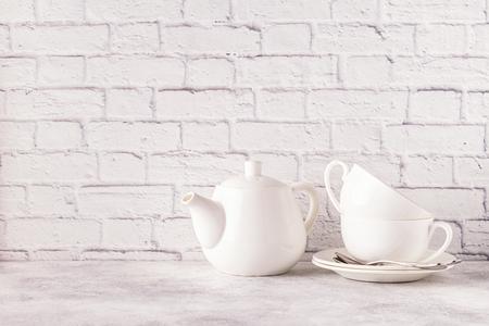 Dos tazas y una tetera para el té de la mañana. Copia espacio Foto de archivo - 91284186