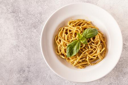 Pasta met zelfgemaakte pestosaus. Bovenaanzicht. Stockfoto