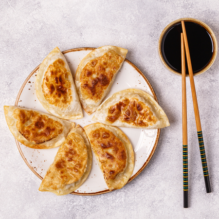 Plate of asian gyoza, dumplings snack with soy sauce. Imagens