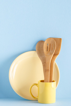 Crockery and cutlery on a blue pastel background with copy space. Standard-Bild - 101131374