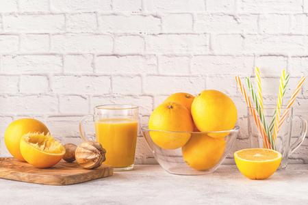 Oranges and juicer for making orange juice. Copy space. Stockfoto