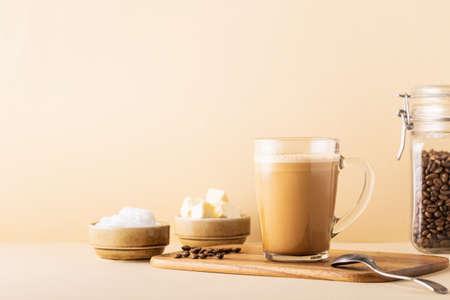 Kugelsicherer Kaffee, gemischt mit Bio-Butter und MCT-Kokosöl, Paläo, Keto, ketogenes Getränkefrühstück.