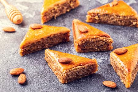 Baklava maison aux noix et miel, mise au point sélective.