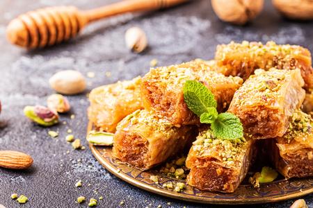 Baklava casero con nueces y miel, enfoque selectivo.