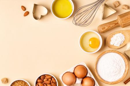 Ingrediënten en gebruiksvoorwerpen voor het bakken op een pastel achtergrond, bovenaanzicht. Stockfoto