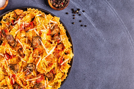 Pasta with chicken liver sauce, top view. Stockfoto