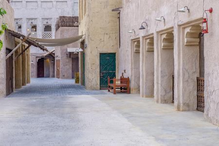 Vista delle strade della vecchia città araba Dubai EMIRATI ARABI UNITI.