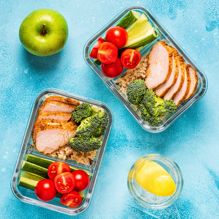 Gezonde evenwichtige lunchbox met kip, rijst, groenten. Kantoorvoedsel, gezond levensstijlconcept.