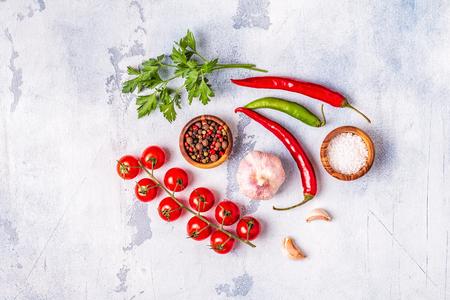 Fond de nourriture avec légumes, épices, herbes, vue de dessus. Banque d'images