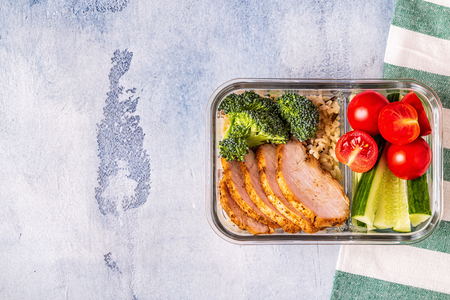 Healthy balanced lunch box with chicken, rice, vegetables. Office food, healthy lifestyle concept. Stockfoto