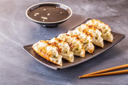 Gyoza o gnocchi snack con salsa di soia, messa a fuoco selettiva, spazio copia.