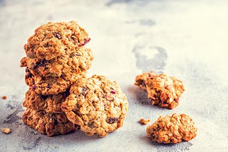 Biscotti di farina d'avena fatti in casa con mirtilli rossi, messa a fuoco selettiva. Archivio Fotografico