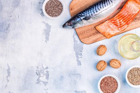 Bronnen van omega 3 - makreel, zalm, lijnzaad, hennepzaad, chia, walnoten, lijnzaadolie. Gezond eetconcept. Bovenaanzicht met kopie ruimte.