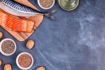 Fonti di omega 3 - sgombro, salmone, semi di lino, semi di canapa, chia, noci, olio di semi di lino. Mangiare sano concetto. Vista dall'alto con spazio di copia.