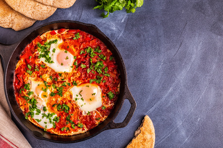Shakshuka in a Frying Pan. Eggs Poached in Spicy Tomato Pepper Sauce. 版權商用圖片