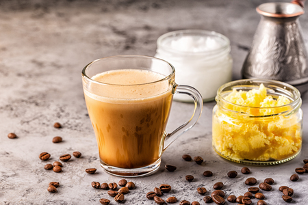 Coffee blended with ghee butter and MCT coconut oil, paleo, keto, ketogenic drink breakfast. Imagens