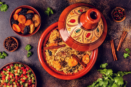 Traditional moroccan tajine of chicken with dried fruits and spices, top view. Banco de Imagens - 120162992