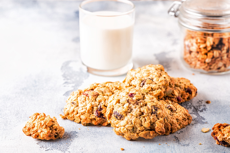 Homemade oatmeal cookies with cranberries, selective focus. 免版税图像