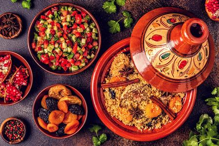 Traditionelle marokkanische Tajine von Hühnchen mit getrockneten Früchten und Gewürzen, Draufsicht.