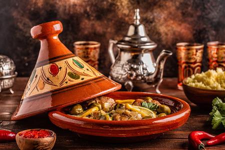 Tajine de poulet traditionnel marocain aux olives et citrons salés, mise au point sélective.
