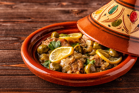 Tajine de poulet traditionnel marocain aux olives et citrons salés, mise au point sélective. Banque d'images
