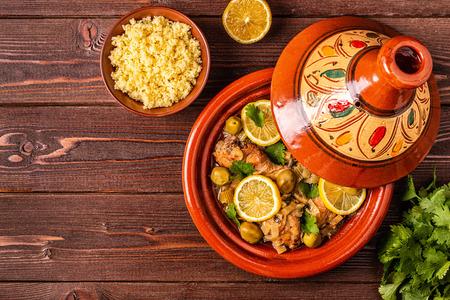 Tajine marocain traditionnel de poulet aux citrons salés, olives. Vue de dessus.