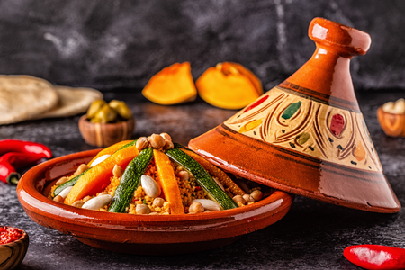 Gemüse-Tajine mit Mandel- und Kichererbsen-Couscous, selektiver Fokus. Standard-Bild
