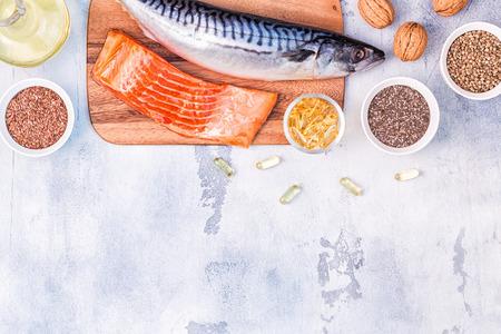 Fonti di omega 3 - sgombro, salmone, semi di lino, semi di canapa, chia, noci, olio di semi di lino. Mangiare sano concetto. Vista dall'alto con spazio di copia. Archivio Fotografico
