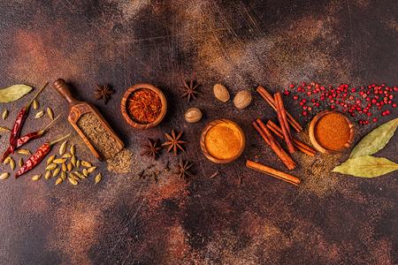 Condimenta los ingredientes para cocinar. Concepto de especias. Vista superior. Foto de archivo
