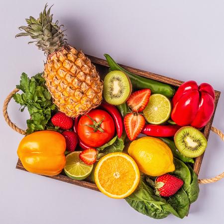 Frutas y verduras ricas en vitamina C en caja. Alimentación saludable. Vista superior